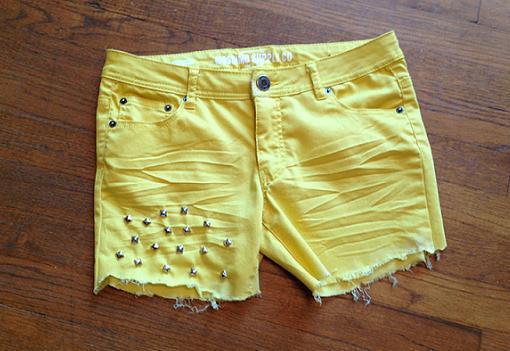 hacer pantalones cortos deshilachados y con tachuelas