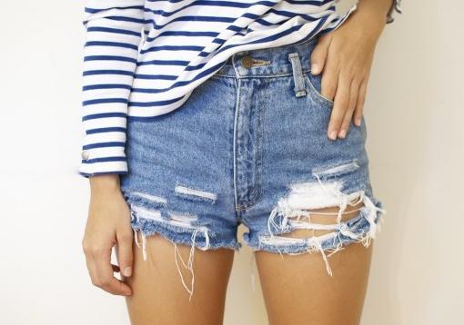 como-hacer-tus-propios-shorts-vaqueros-rotos-3