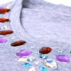 como decorar camisetas con pedreria